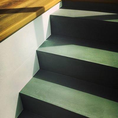 beton-cire-kit-treppe-gruen