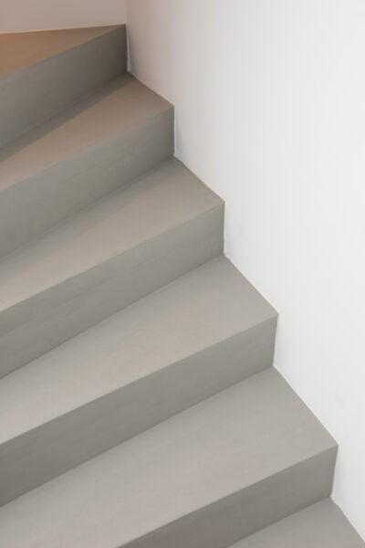 renovierte treppe mit sichtbeton